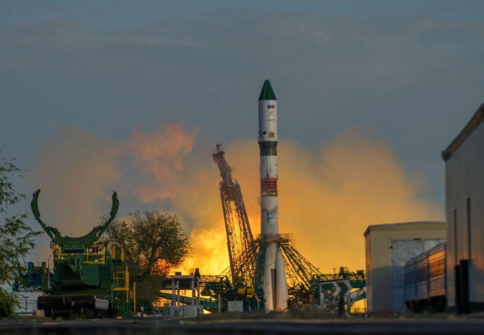 Start rakety Vítězství (nosné rakety Sojuz-2.1a slodí Progress MS-14) na Mezinárodní vesmírnou stanici zkosmodromu Bajkonur
