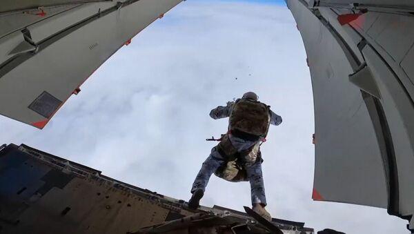 Ruští výsadkáři jako první na světě skočili z dolní hranice stratosféry v Arktidě   - Sputnik Česká republika