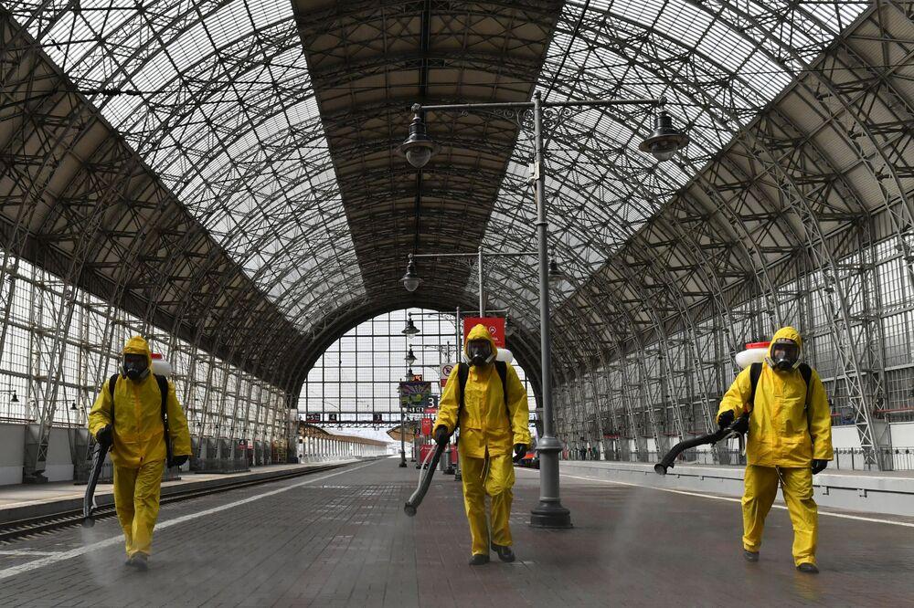 Dezinfekce Kyjevského nádraží v Moskvě