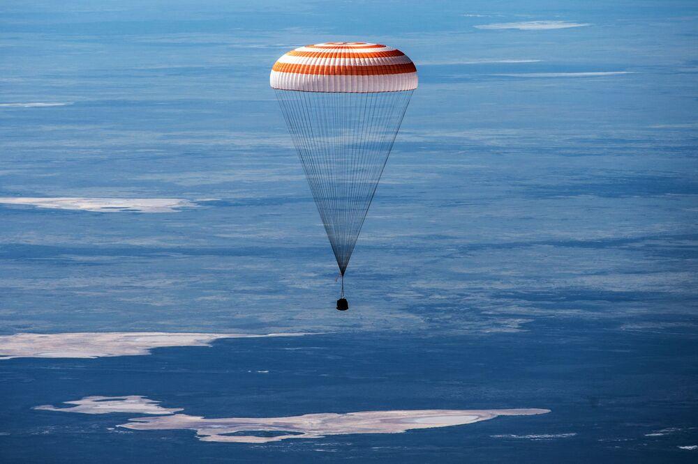 Návratový modul Sojuz MS-15 se třemi členy posádky Mezinárodní vesmírné stanice přistál v kazašské stepi