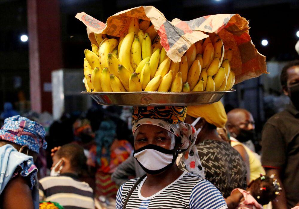 Pouliční prodejce v roušce v Abidžanu, Pobřeží slonoviny
