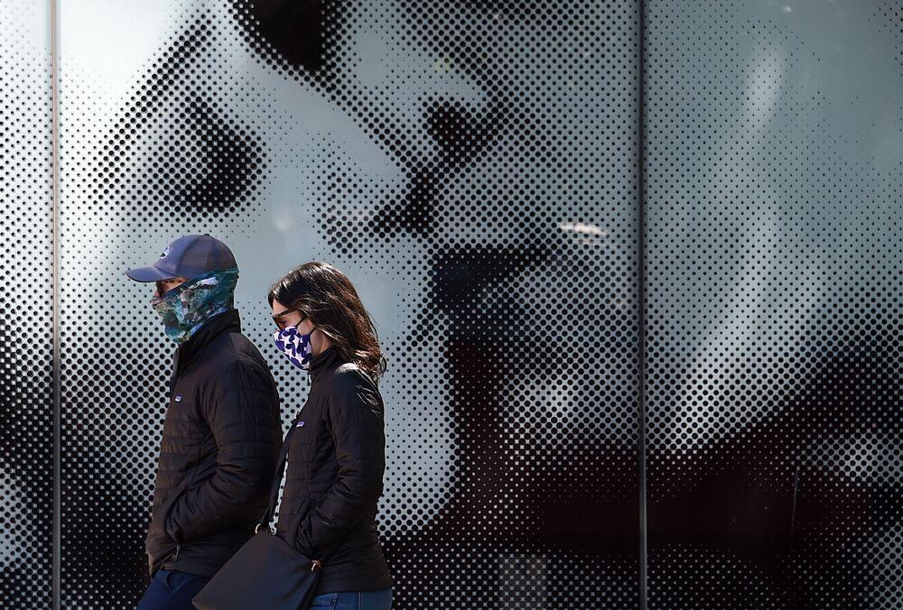 Americký pár v rouškách ve Washingtonu, USA
