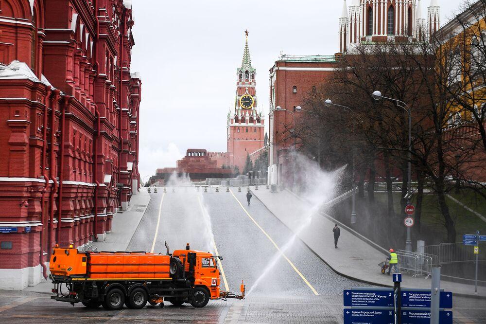 Dezinfekce silnic a chodníku poblíž Rudého náměstí a Kremlu v Moskvě, Rusko