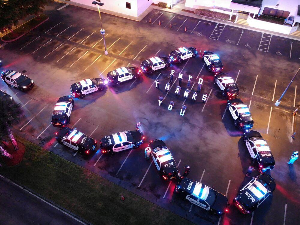 Američtí policisté děkují zdravotníkům ze všeobecné nemocnice Lee Memorial Hospital ve Fort Myers, USA