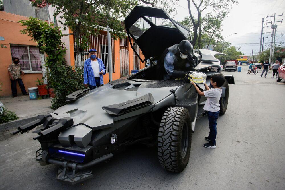 Mexický advokát Candelario Maldonado v převleku Batmana přeje chlapci k narozeninám