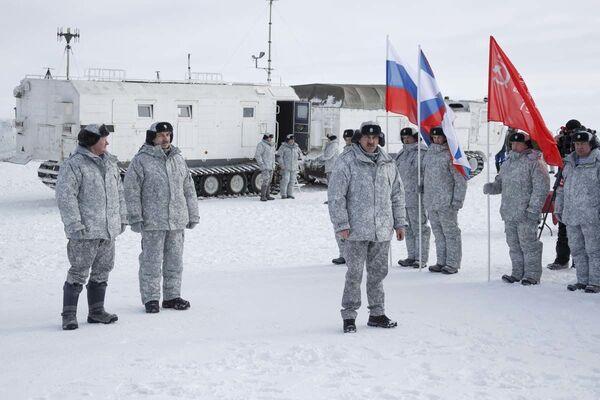 Ruští výsadkáři poprvé v historii seskočili s padákem z výšky 10 000 metrů v arktických podmínkách - Sputnik Česká republika
