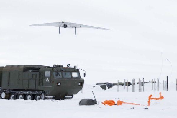 Ruští výsadkáři po svém rekordním seskoku z výšky 10 000 metrů v arktických podmínkách - Sputnik Česká republika