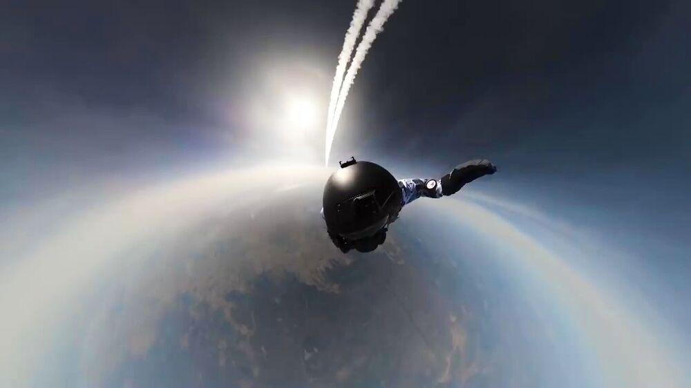 Ruští výsadkáři provádí hromadný seskok z letadla Il-76 s novým padákovým systémem z výšky 10 000 metrů v arktických podmínkách na souostroví Země Františka Josefa