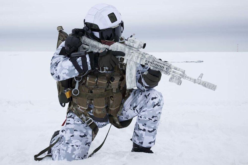 Ruský výsadkář po svém rekordním seskoku z výšky 10 000 metrů v arktických podmínkách