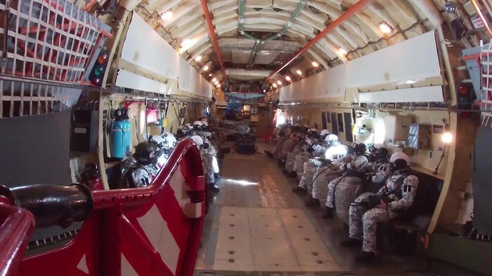 Ruští výsadkáři se chystají k hromadnému seskoku z letadla Il-76 v Arktidě