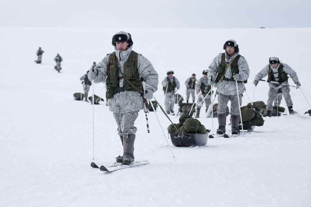 Ruští výsadkáři po svém rekordním seskoku z výšky 10 000 metrů v arktických podmínkách