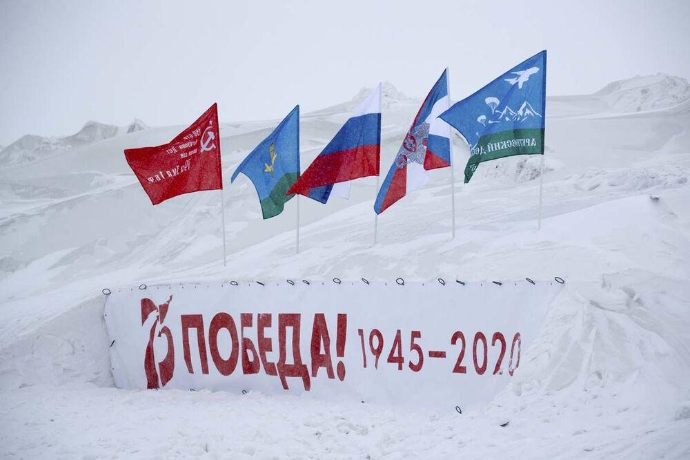 Ruští výsadkáři poprvé v historii seskočili s padákem z výšky 10 000 metrů v arktických podmínkách
