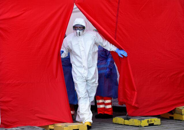 Zdravotnický personál v ochranných oblecích