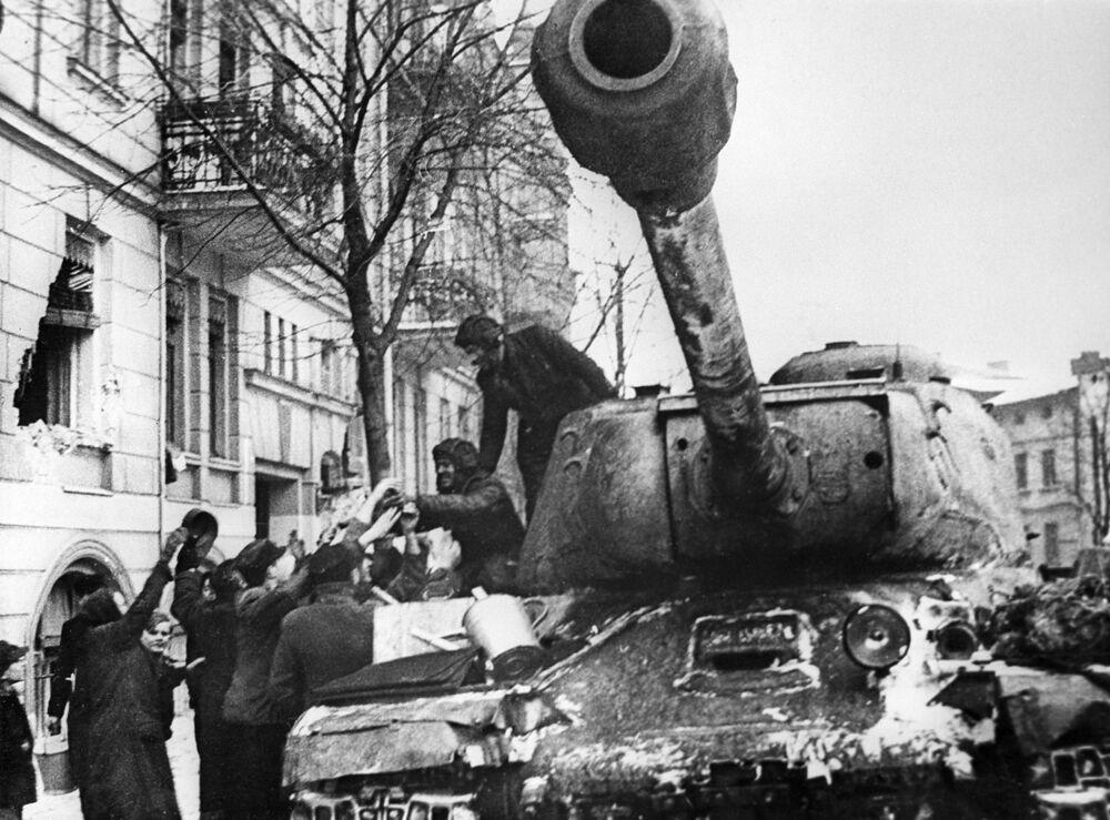 Obyvatelé polského města Poznaň vítají sovětské vojáky-osvoboditele na tanku IS-2