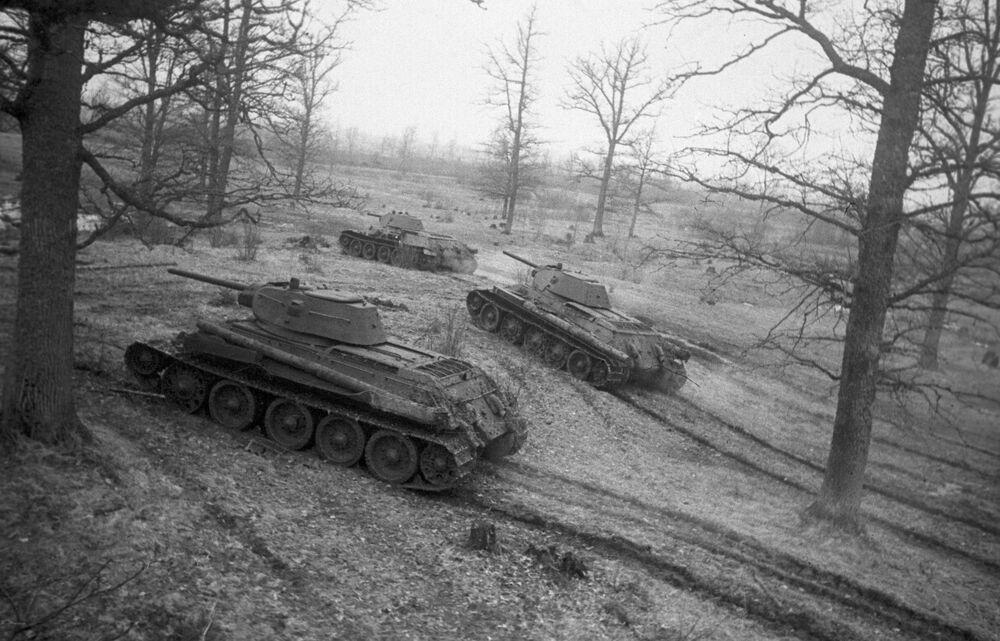 Sovětské tanky T-34 blížící se k linii útoku