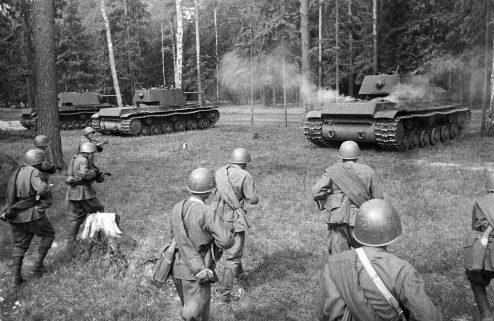 Sovětské těžké tanky KV-1 zaujímají útočné pozice