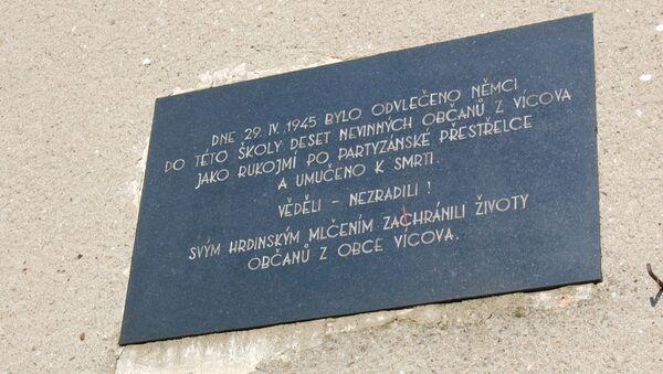 Pamětní deska na školce na Suchém připomínající zavražděné vícovské občany - Sputnik Česká republika