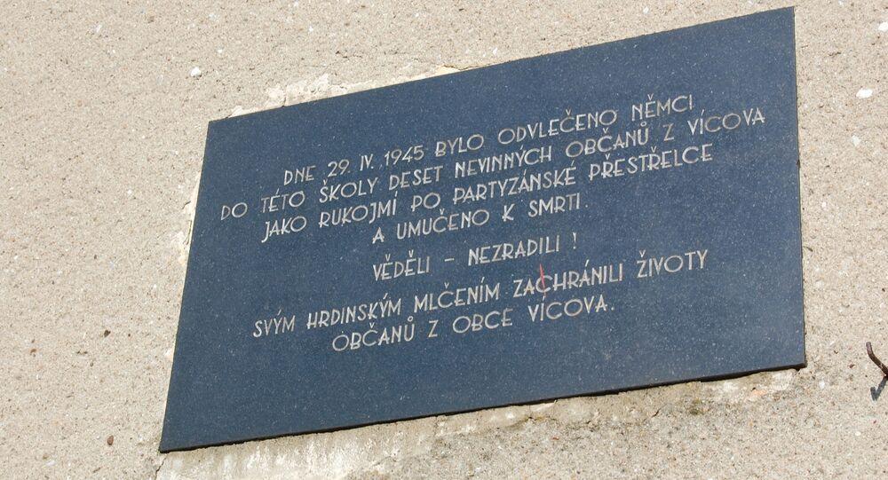 Pamětní deska na školce na Suchém připomínající zavražděné vícovské občany