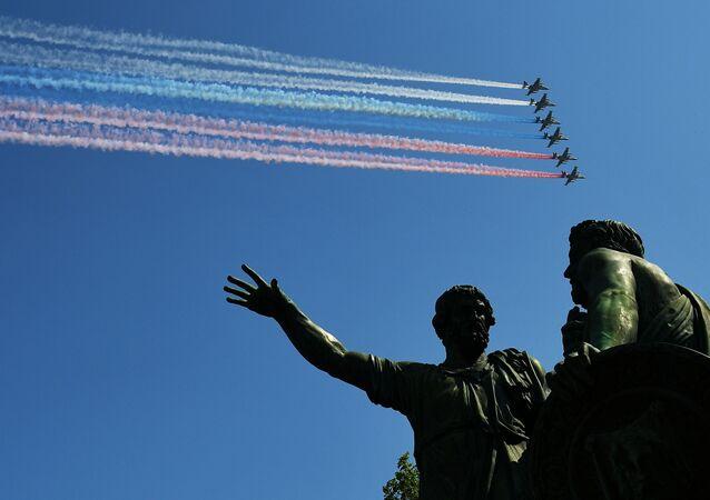 Útočná letadlaSu-25 BM při závěrečné zkoušce vojenské přehlídky na Rudém náměstí věnované 74. výročí vítězství ve Velké vlastenecké válce