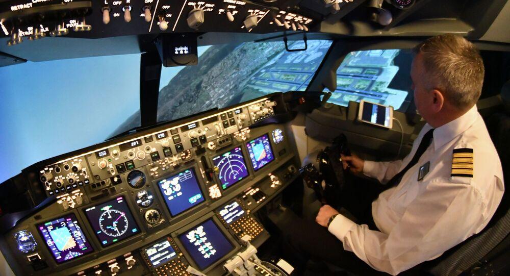 Pilot cvičí na trenažéru Boeing-737 společnosti Dream Aero