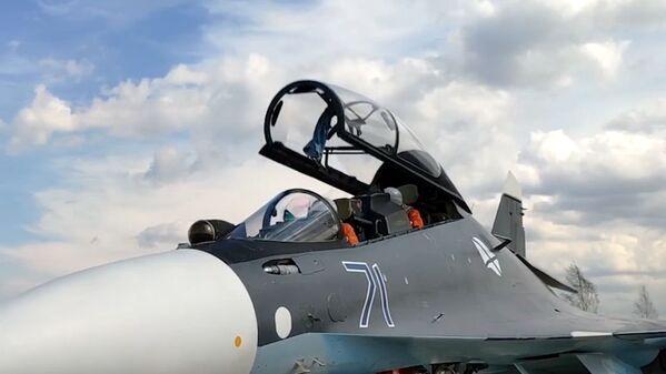Posádka v kokpitu víceúčelového stíhače Su-30SM Baltského loďstva Ruské federace během plánovaného výcviku leteckých útoků na hladinové cíle v Baltském moři. - Sputnik Česká republika