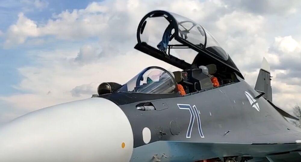 Posádka v kokpitu víceúčelového stíhače Su-30SM
