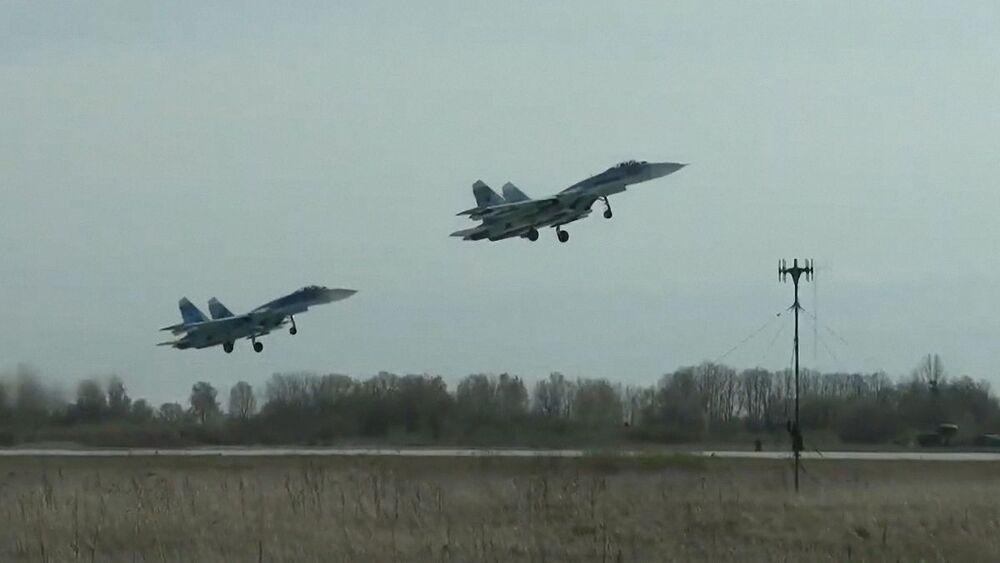 Víceúčelové stíhačky Su-27 Baltského loďstva Ruské federace během plánovaného výcviku leteckých útoků na hladinové cíle v Baltském moři.