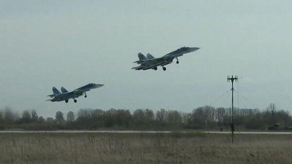 Víceúčelové stíhačky Su-27 Baltského loďstva Ruské federace během plánovaného výcviku leteckých útoků na hladinové cíle v Baltském moři. - Sputnik Česká republika