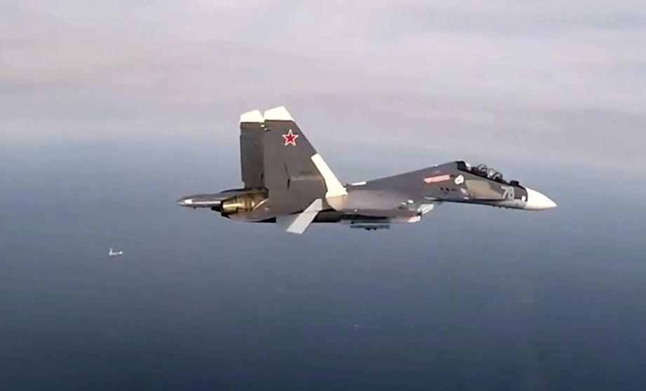 Víceúčelový stíhací letoun Su-30SM ve vzduchu během výcviku.