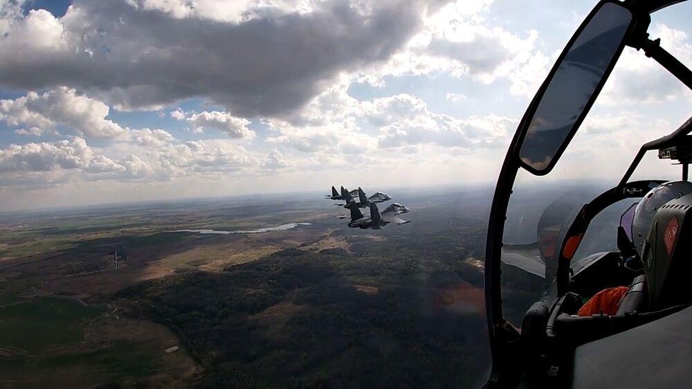 Záběr z kokpitu stíhacího letouna Su-30SM.