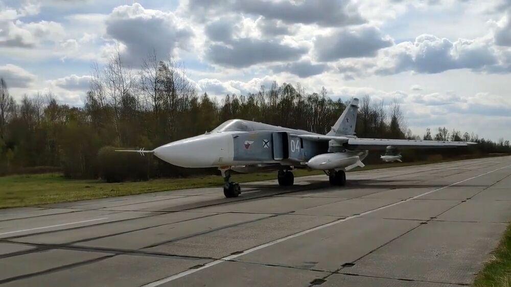 Bombardér Su-24 Baltského loďstva Ruské federace během plánovaného výcviku leteckých útoků hladinové cíle v Baltském moři.