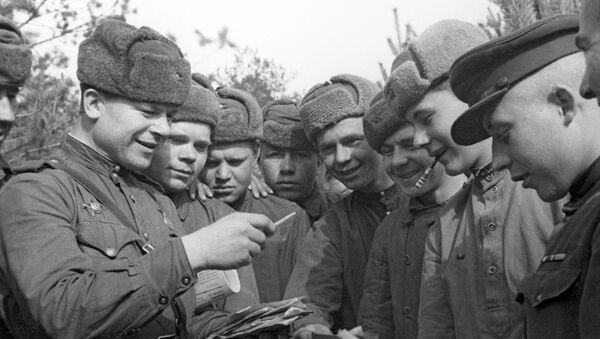 Sovětští vojáci rozebírají poštu. 2. světová válka - Sputnik Česká republika