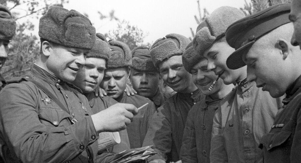 Sovětští vojáci rozebírají poštu. 2. světová válka