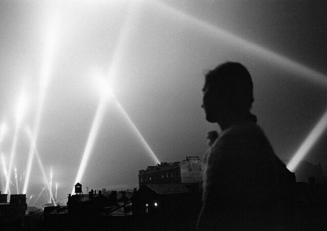 Světlomety ozařují nebe nad Moskvou během Velké vlastenecké války, červen 1941