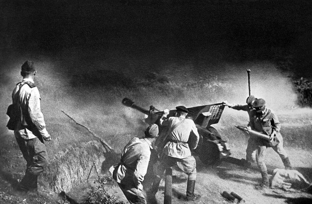 Dělostřelecká posádka střílí na nepřítele. Severní Kavkaz.