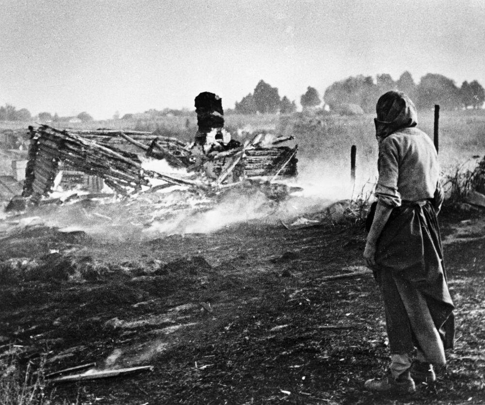 Nacisté vypálili vesnici. Bělorusko.