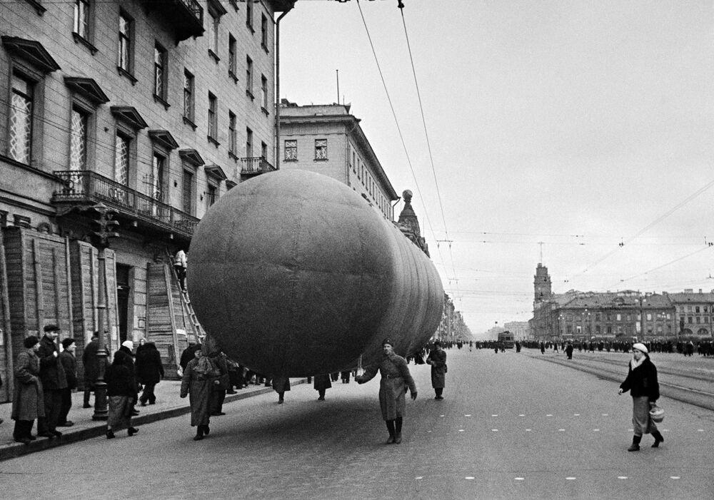 Vzducholoď na Něvském prospektu v Leningradu.