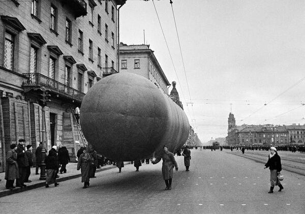 Vzducholoď na Něvském prospektu v Leningradu. - Sputnik Česká republika