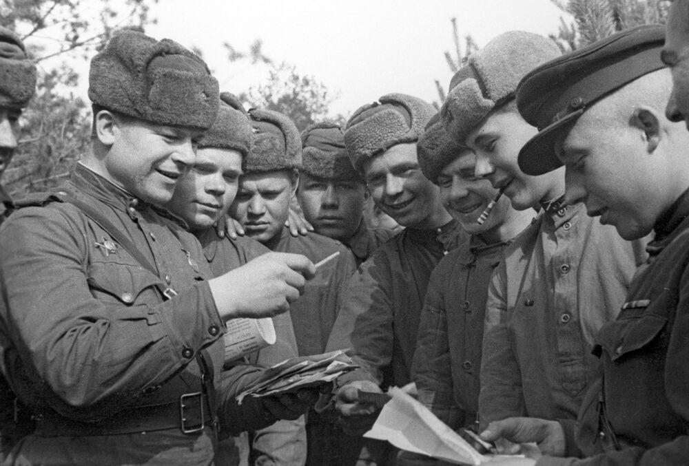 Sovětští vojáci rozebírají dopisy, 2. běloruská fronta.