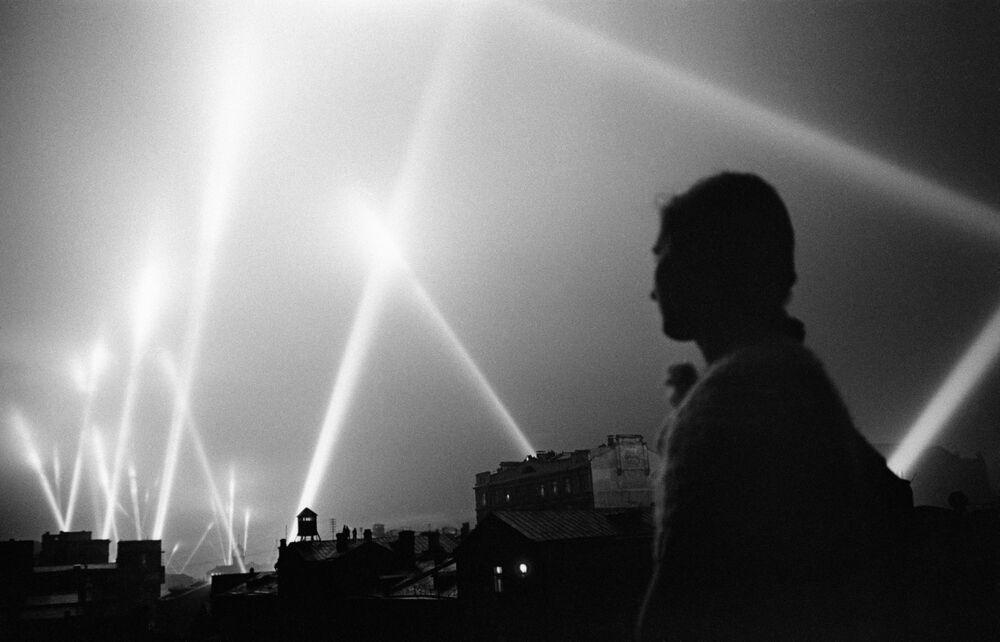 Paprsky reflektorů jednotek protivzdušné obrany rozsvítily oblohu Moskvy, červen 1941