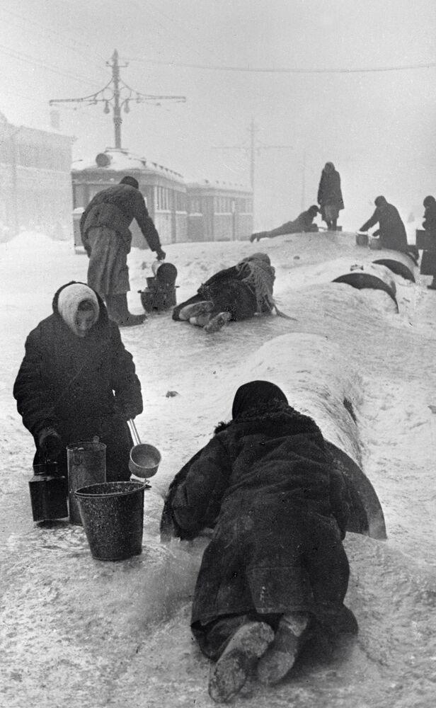 Obyvatelé obléhaného Leningradu.