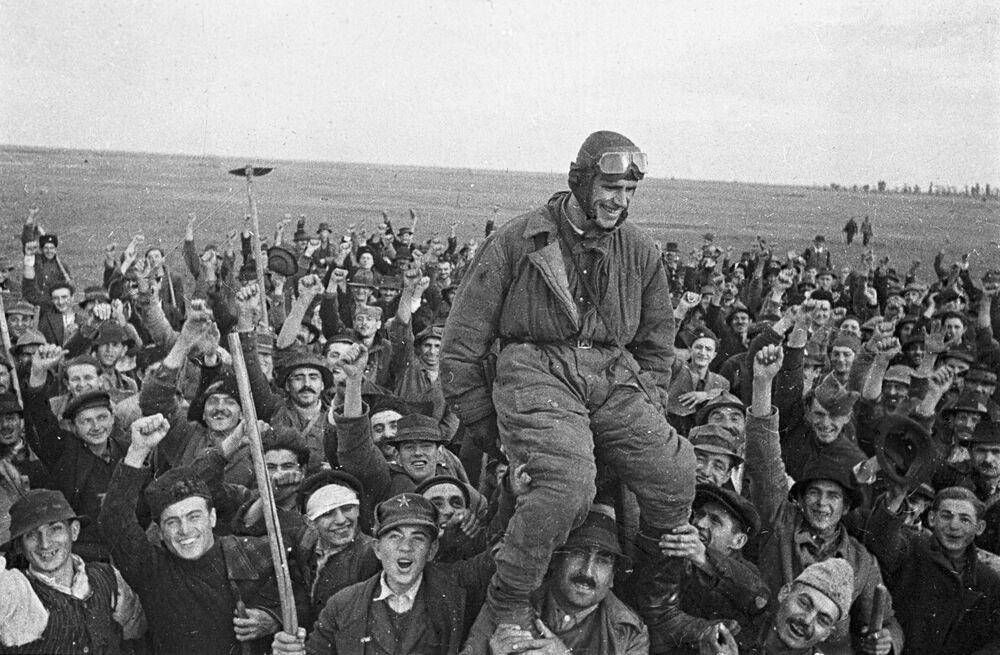 Obyvatelé vesnice Omoljica vítají sovětského pilota Semena Bojka, který jako první přiletěl do jugoslávské země.