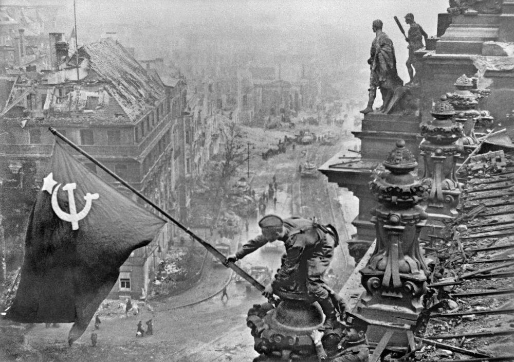 Vítězná sovětská vlajka nad Berlínem.