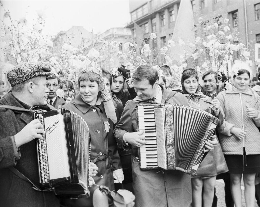 Účastníci prvomájové demonstrace, Moskva, 1971