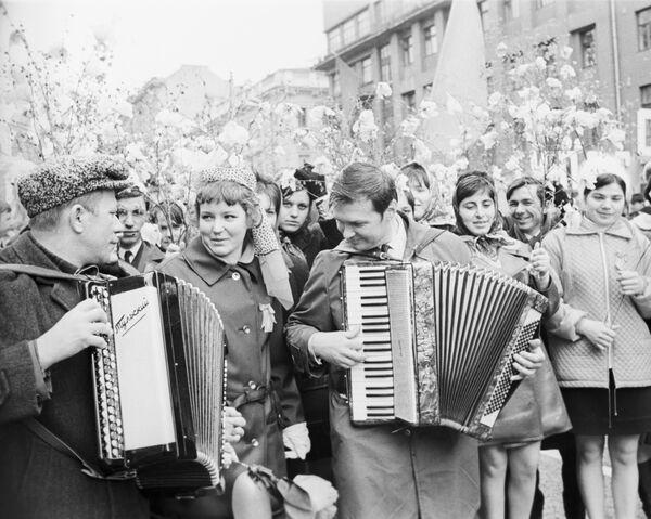 Účastníci prvomájové demonstrace, Moskva, 1971 - Sputnik Česká republika