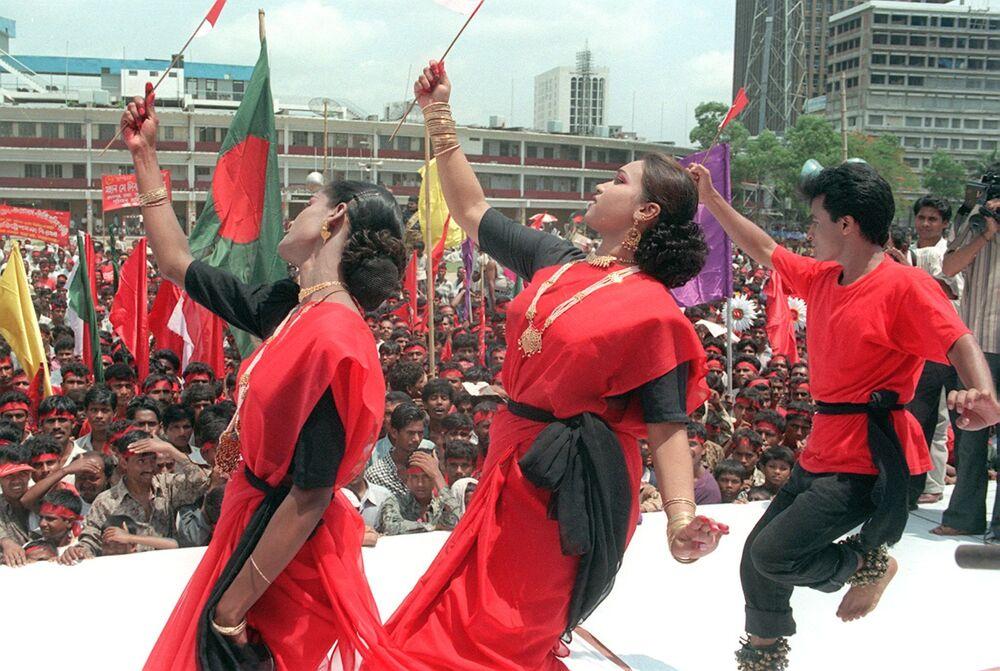 Tanečníci vystupují na protestu pracovníků v centru Dháky na počest 1. máje, Bangladéš.