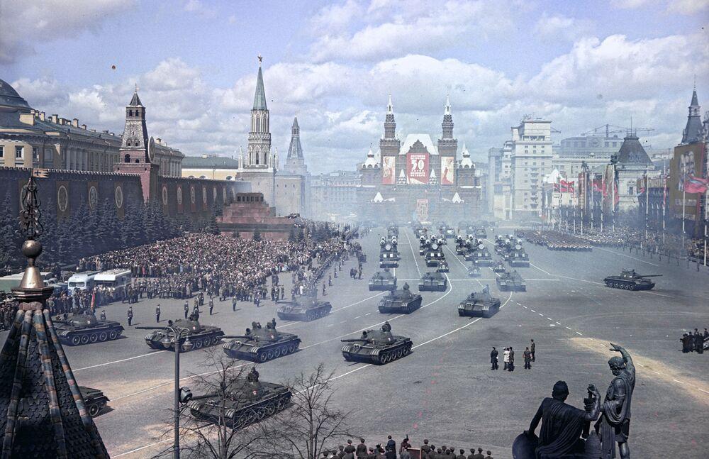 Vojenská přehlídka na Rudém náměstí v mezinárodní svátek pracujících, 1967