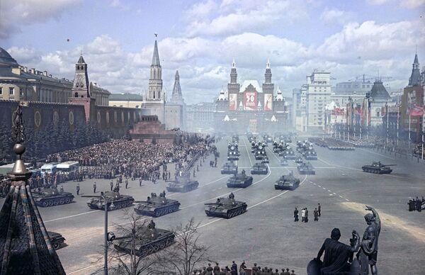 Vojenská přehlídka na Rudém náměstí v mezinárodní svátek pracujících, 1967 - Sputnik Česká republika