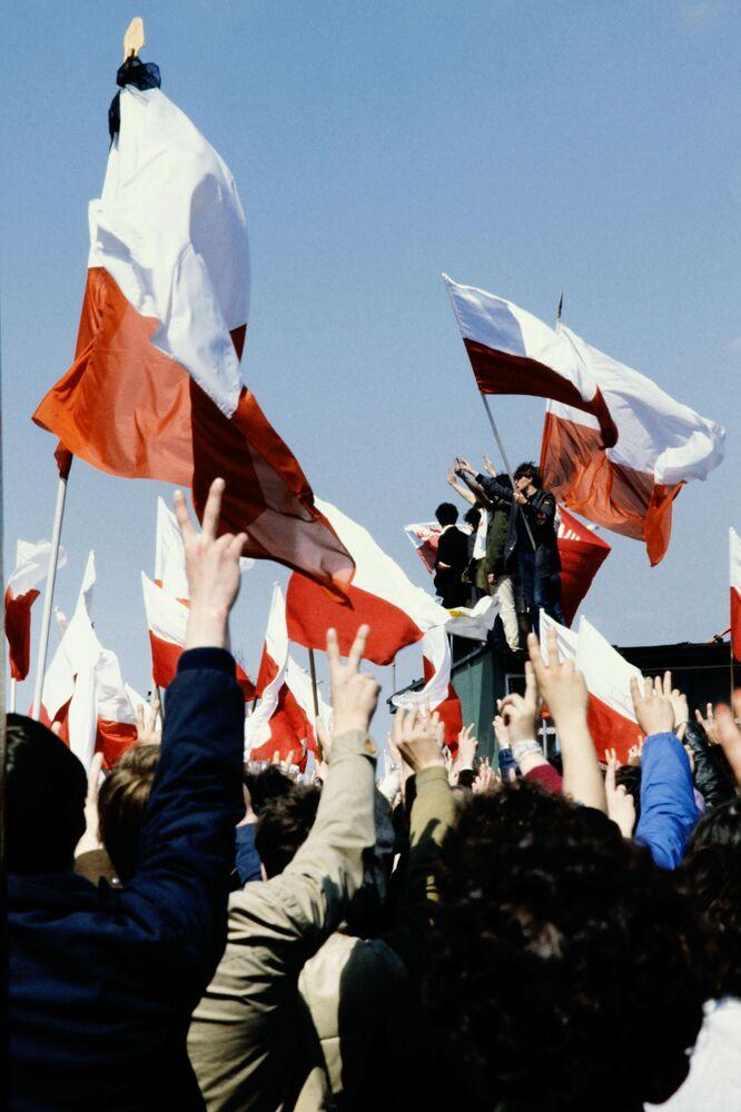 Účastníci prvomájové demonstrace ve Varšavě, Polsko, 1982
