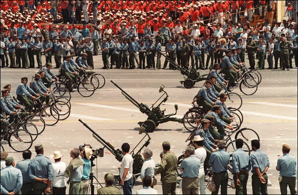 Kubánská armáda na prvomájové demonstraci v Havaně v roce 1994
